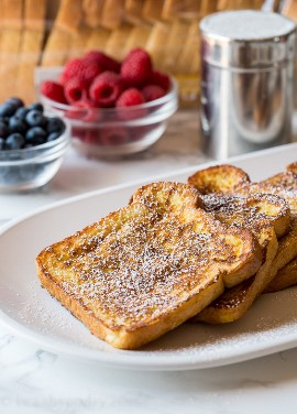 ¡La receta clásica de tostadas francesas está hecha con ingredientes simples y pan mantecoso para la mejor receta de desayuno!