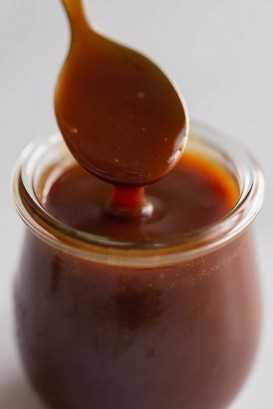 Primer plano de receta de salsa de caramelo fácil