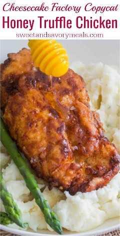 Cheesecake Factory Honey Truffle Chicken Copycat receta está hecha con pollo frito crujiente con miel de trufa, servido con espárragos y puré de papas.