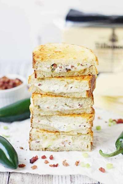 EASY Sanduíche de queijo grelhado com popper de jalapeño - Este sanduíche de queijo grelhado com popper de jalapeño combina aquele sabor incrível de popper de jalapeño com bacon e queijo cheddar branco para um irresistível queijo assado gourmet! #Queijo grelhado # jalapeño #jalapenopopper # sanduíche # queijo e sanduíche grelhados # queijo # receita fácil # receita #receita #até riscado