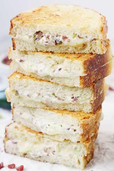 EASY Jalapeño Popper Sanduíche de queijo grelhado - Este sanduíche de queijo grelhado com jalapeño combina esse sabor incrível de jalapeño com bacon e queijo cheddar branco para um irresistível queijo assado gourmet! #Queijo grelhado # jalapeño #jalapenopopper # sanduíche # queijo e sanduíche grelhados # queijo # receita fácil # receita #receita #até riscado