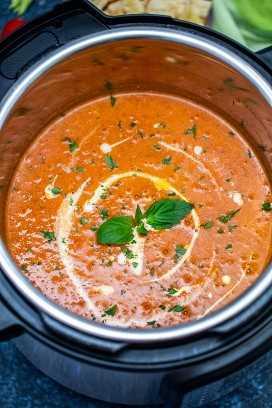 Instant Pot Tomato Bisque es muy fácil de preparar, lo mejor cuando tienes prisa. #instantpot #pressurecookes #instantpotrecipes #sweetandsavorymeals #souprecipes #tomatobisque