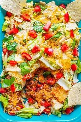 Ensalada de tacos de carne en capas: ¡una ensalada de tacos clásica que a todos les ENCANTA, es FÁCIL y está lista en 20 minutos! ¡Hay carne molida, frijoles refritos, pimientos rojos, chips de tortilla, queso, lechuga y tomates!