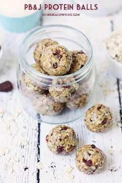 Bolas de proteína PB&J fáceis - As bolas de proteína PB&J são perfeitas para os amantes de PB&J que procuram um lanche saudável e repleto de proteínas, graças à manteiga de amendoim cremosa e morangos secos em cubos. O | halfscratched.com