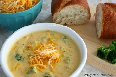 Aquí hay una receta fácil de sopa de queso y brócoli panera. La receta de sopa de queso y brócoli Panera es fácil de hacer y le ahorrará dinero.