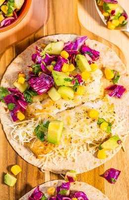 Tacos de pescado fáciles de 15 minutos con salsa de aguacate y maíz: ¡toneladas de grandes sabores en una comida rápida, fresca y saludable! ¡Una receta de alimentación limpia que sabe a comida casera!