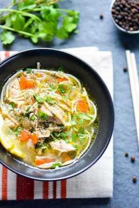Sopa de fideos con pollo en una olla