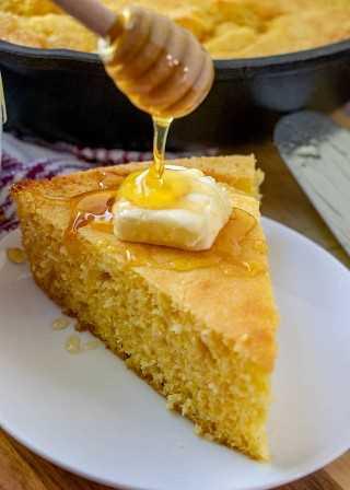 Miel rociada sobre mantequilla en una rodaja de pan de maíz
