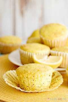 "Ligeramente dulces con un estallido de sabor a limón, estos muffins de semillas de amapola de limón, suaves y húmedos, son excelentes para el desayuno o el brunch. ""Ancho ="" 600 ""altura ="" 900 ""srcset ="" https://www.lovebakesgoodcakes.com/wp- content / uploads / 2018/12 / Lemon-Poppy-Seed-Muffins-10a.jpg 600w, https://www.lovebakesgoodcakes.com/wp-content/uploads/2018/12/Lemon-Poppy-Seed-Muffins-10a -200x300.jpg 200w ""tamaños ="" (ancho máximo: 600px) 100vw, 600px ""data-jpibfi-post-excerpt ="" ""data-jpibfi-post-url ="" https://www.lovebakesgoodcakes.com/lemon -poppy-seed-muffins / ""data-jpibfi-post-title ="" Muffins de semillas de amapola de limón ""data-jpibfi-src ="" https://www.lovebakesgoodcakes.com/wp-content/uploads/2018/12/Lemon -Poppy-Seed-Muffins-10a.jpg"