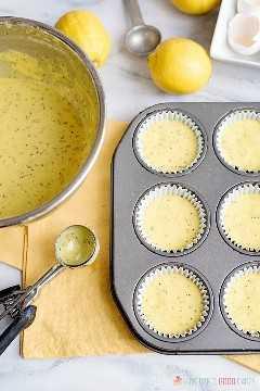 "Ligeramente dulces con un estallido de sabor a limón, estos muffins de semillas de amapola de limón, suaves y húmedos, son excelentes para el desayuno o el brunch. ""Ancho ="" 600 ""altura ="" 900 ""srcset ="" https://www.lovebakesgoodcakes.com/wp- content / uploads / 2018/12 / Lemon-Poppy-Seed-Muffins-5a.jpg 600w, https://www.lovebakesgoodcakes.com/wp-content/uploads/2018/12/Lemon-Poppy-Seed-Muffins-5a -200x300.jpg 200w ""tamaños ="" (ancho máximo: 600px) 100vw, 600px ""data-jpibfi-post-excerpt ="" ""data-jpibfi-post-url ="" https://www.lovebakesgoodcakes.com/lemon -poppy-seed-muffins / ""data-jpibfi-post-title ="" Muffins de semillas de amapola de limón ""data-jpibfi-src ="" https://www.lovebakesgoodcakes.com/wp-content/uploads/2018/12/Lemon -Poppy-Seed-Muffins-5a.jpg"