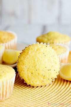 "Ligeramente dulces con un estallido de sabor a limón, estos muffins de semillas de amapola de limón, suaves y húmedos, son excelentes para el desayuno o el brunch. ""Ancho ="" 600 ""altura ="" 900 ""srcset ="" https://www.lovebakesgoodcakes.com/wp- content / uploads / 2018/12 / Lemon-Poppy-Seed-Muffins-7a.jpg 600w, https://www.lovebakesgoodcakes.com/wp-content/uploads/2018/12/Lemon-Poppy-Seed-Muffins-7a -200x300.jpg 200w ""tamaños ="" (ancho máximo: 600px) 100vw, 600px ""data-jpibfi-post-excerpt ="" ""data-jpibfi-post-url ="" https://www.lovebakesgoodcakes.com/lemon -poppy-seed-muffins / ""data-jpibfi-post-title ="" Muffins de semillas de amapola de limón ""data-jpibfi-src ="" https://www.lovebakesgoodcakes.com/wp-content/uploads/2018/12/Lemon -Poppy-Seed-Muffins-7a.jpg"