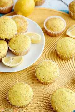 "Ligeramente dulces con un estallido de sabor a limón, estos muffins de semillas de amapola de limón, suaves y húmedos, son excelentes para el desayuno o el brunch. ""Ancho ="" 600 ""altura ="" 900 ""srcset ="" https://www.lovebakesgoodcakes.com/wp- content / uploads / 2018/12 / Lemon-Poppy-Seed-Muffins-11a.jpg 600w, https://www.lovebakesgoodcakes.com/wp-content/uploads/2018/12/Lemon-Poppy-Seed-Muffins-11a -200x300.jpg 200w ""tamaños ="" (ancho máximo: 600px) 100vw, 600px ""data-jpibfi-post-excerpt ="" ""data-jpibfi-post-url ="" https://www.lovebakesgoodcakes.com/lemon -poppy-seed-muffins / ""data-jpibfi-post-title ="" Muffins de semillas de amapola de limón ""data-jpibfi-src ="" https://www.lovebakesgoodcakes.com/wp-content/uploads/2018/12/Lemon -Poppy-Seed-Muffins-11a.jpg"
