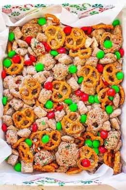 Reindeer Chow: ¡un giro festivo en los clásicos Muddy Buddies que es FÁCIL, listo en 15 minutos y perfecto para regalos de anfitriona o intercambios de galletas! ¡Chex, chocolate, mantequilla de maní, pretzels, M & Ms y chispas hacen que esta mezcla de postres sea totalmente IRRESISTIBLE!
