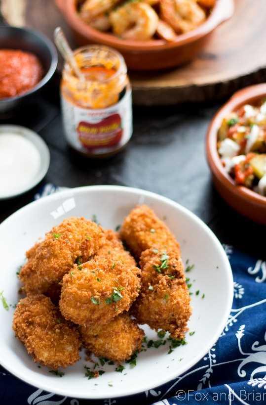 Las croquetas de jamón son un clásico plato de tapas españolas. Crujientes por fuera y cremosas por dentro, estas pequeñas bombas de sabor te dejarán boquiabierto.