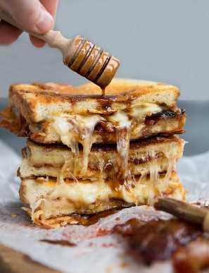Queijo grelhado com bacon e molho de mel por cima do molho