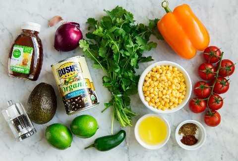 Los ingredientes que se muestran aquí van a la ensalada de frijoles negros y maíz.