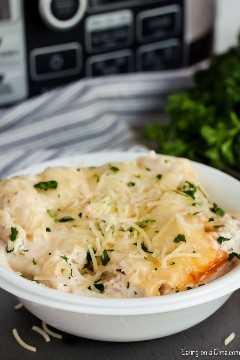 Si te encantan las lasañas y Alfredo, esta receta de lasaña Alfredo con pollo a la cazuela es para probar. La salsa cremosa es la mejor comida reconfortante y muy fácil de preparar.