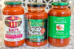 foto de tres salsas de espagueti en jarras