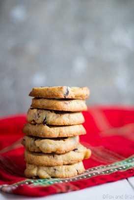 Bolinhos de manteiga alaranjados da porca do arando. Esses biscoitos fáceis de cortar e assar são aromatizados com raspas de laranja, baunilha, mirtilo e nozes. Eles são os biscoitos perfeitos para doar ou guardar para si!