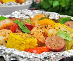 "Spice up your dinner with these boiled shrimp paper packs! Bake or grill this simple mix of corn, sausage, shrimp, onion, and bell peppers with a tasty blend of Cajun seasonings. ""Width ="" 600 ""Height ="" 500 ""srcset ="" https://www.lovebakesgoodcakes.com/wp -content / uploads / 2018/10 / Shrimp-Boil-Foil-Packets-3a.jpg 600w, https: / /www.lovebakesgoodcakes.com/wp-content/uploads/2018/10/Shrimp-Boil-Foil-Packets- 3a-300x250.jpg 300w ""sizes ="" (maximum width: 600px) 100vw, 600px ""data-jpibfi-post -excerpt = """" data-jpibfi-post-url = ""https://www.lovebakesgoodcakes.com/ shrimp-boil-foil-packets /"" data-jpibfi-post-title = ""Boiled Shrimp Paper Packets"" data -jpibfi-src = ""https://www.lovebakesgoodcakes.com/wp-content/uploads/2018/10/ Shrimp-Boil-Foil-Packages-3a.jpg"