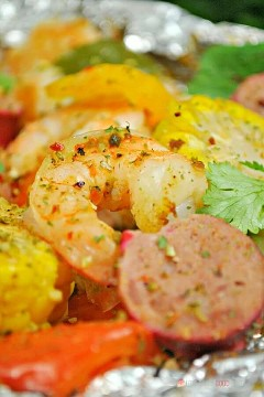 "Spice up your dinner with these boiled shrimp paper packs! Bake or grill this easy mix of corn, sausage, shrimp, onion, and bell peppers with a tasty blend of Cajun seasonings. ""Width ="" 600 ""Height ="" 900 ""srcset ="" https://www.lovebakesgoodcakes.com/wp -content / uploads / 2018/10 / Shrimp-Boil-Foil-Packets-5a.jpg 600w, https: / /www.lovebakesgoodcakes.com/wp-content/uploads/2018/10/Shrimp-Boil-Foil-Packets- 5a-200x300.jpg 200w ""sizes ="" (maximum width: 600px) 100vw, 600px ""data-jpibfi-post -excerpt = """" data-jpibfi-post-url = ""https://www.lovebakesgoodcakes.com/ shrimp-boil-foil-packets /"" data-jpibfi-post-title = ""Boiled Shrimp Paper Packets"" data -jpibfi-src = ""https://www.lovebakesgoodcakes.com/wp-content/uploads/2018/10/ Shrimp-Boil-Foil-Packages-5a.jpg"