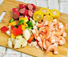 "Spice up your dinner with these boiled shrimp paper packs! Bake or grill this simple mix of corn, sausage, shrimp, onion, and bell peppers with a tasty blend of Cajun seasonings. ""Width ="" 600 ""Height ="" 500 ""srcset ="" https://www.lovebakesgoodcakes.com/wp -content / uploads / 2018/10 / Shrimp-Boil-Foil-Packets-7a.jpg 600w, https: / /www.lovebakesgoodcakes.com/wp-content/uploads/2018/10/Shrimp-Boil-Foil-Packets- 7a-300x250.jpg 300w ""sizes ="" (maximum width: 600px) 100vw, 600px ""data-jpibfi-post -excerpt = """" data-jpibfi-post-url = ""https://www.lovebakesgoodcakes.com/ shrimp-boil-foil-packets /"" data-jpibfi-post-title = ""Boiled Shrimp Paper Packets"" data -jpibfi-src = ""https://www.lovebakesgoodcakes.com/wp-content/uploads/2018/10/ Shrimp-Boil-Foil-Packages-7a.jpg"