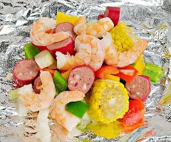 "Spice up your dinner with these boiled shrimp paper packs! Bake or grill this simple mix of corn, sausage, shrimp, onion, and bell peppers with a tasty blend of Cajun seasonings. ""Width ="" 600 ""Height ="" 500 ""srcset ="" https://www.lovebakesgoodcakes.com/wp -content / uploads / 2018/10 / Shrimp-Boil-Foil-Packets-8a.jpg 600w, https: / /www.lovebakesgoodcakes.com/wp-content/uploads/2018/10/Shrimp-Boil-Foil-Packets- 8a-300x250.jpg 300w ""sizes ="" (maximum width: 600px) 100vw, 600px ""data-jpibfi-post -excerpt = """" data-jpibfi-post-url = ""https://www.lovebakesgoodcakes.com/ shrimp-boil-foil-packets /"" data-jpibfi-post-title = ""Boiled Shrimp Paper Packets"" data -jpibfi-src = ""https://www.lovebakesgoodcakes.com/wp-content/uploads/2018/10/ Shrimp-Boil-Foil-Packages-8a.jpg"