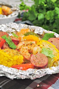 "Spice up your dinner with these boiled shrimp paper packs! Bake or grill this easy mix of corn, sausage, shrimp, onion, and bell peppers with a tasty blend of Cajun seasonings. ""Width ="" 600 ""Height ="" 900 ""srcset ="" https://www.lovebakesgoodcakes.com/wp -content / uploads / 2018/10 / Shrimp-Boil-Foil-Packets-2a.jpg 600w, https: / /www.lovebakesgoodcakes.com/wp-content/uploads/2018/10/Shrimp-Boil-Foil-Packets- 2a-200x300.jpg 200w ""sizes ="" (maximum width: 600px) 100vw, 600px ""data-jpibfi-post -excerpt = """" data-jpibfi-post-url = ""https://www.lovebakesgoodcakes.com/ shrimp-boil-foil-packets /"" data-jpibfi-post-title = ""Boiled Shrimp Paper Packets"" data -jpibfi-src = ""https://www.lovebakesgoodcakes.com/wp-content/uploads/2018/10/ Shrimp-Boil-Foil-Packages-2a.jpg"