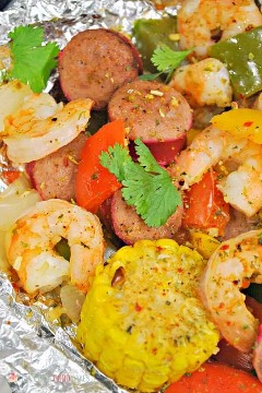 "Spice up your dinner with these boiled shrimp paper packs! Bake or grill this easy mix of corn, sausage, shrimp, onion, and bell peppers with a tasty blend of Cajun seasonings. ""Width ="" 600 ""Height ="" 900 ""srcset ="" https://www.lovebakesgoodcakes.com/wp -content / uploads / 2018/10 / Shrimp-Boil-Foil-Packets-6a.jpg 600w, https: / /www.lovebakesgoodcakes.com/wp-content/uploads/2018/10/Shrimp-Boil-Foil-Packets- 6a-200x300.jpg 200w ""sizes ="" (maximum width: 600px) 100vw, 600px ""data-jpibfi-post -excerpt = """" data-jpibfi-post-url = ""https://www.lovebakesgoodcakes.com/ shrimp-boil-foil-packets /"" data-jpibfi-post-title = ""Boiled Shrimp Paper Packets"" data -jpibfi-src = ""https://www.lovebakesgoodcakes.com/wp-content/uploads/2018/10/ Shrimp-Boil-Foil-Packages-6a.jpg"