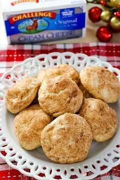 Cuinar un coixí i una galeta de galetes amb crema de canyella! Afegiu aquestes galetes de formatge crema de SnickerDeodle al vostre menú de cuina de Nadal!