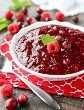 ¡Esta salsa fácil de frambuesa y arándano es dulce, picante y rápida (solo 4 ingredientes y 15 minutos) para hacer! Utiliza fruta fresca o congelada, y es fácil de preparar con anticipación. Un clásico para la cena de Acción de Gracias o Navidad.