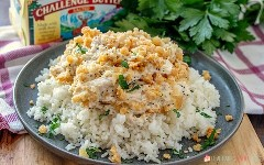 Poppy Seed Chicken Casserole sobre arroz.