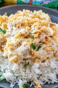 Close-up Cazuela de pollo con semillas de amapola