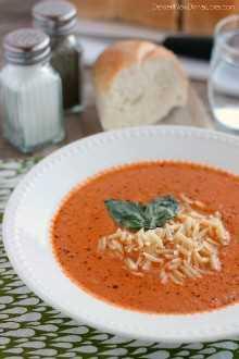 ¡Esta sopa de tomate, albahaca y tomate Zupas es perfecta! Con pesto de albahaca recién hecho, tomates enteros y vegetales salteados, cocidos a fuego lento y puré suave. ¡Esta es una sopa que te encantará crear en casa servida con pasta al dente orzo!