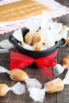 Esta receita de doces caseiros é muito macia, mastigável e derrete na boca. Um doce delicioso que é o presente perfeito para as férias.