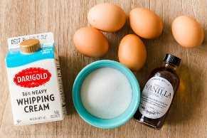 Ingredientes para creme brulée com creme espesso, ovos, açúcar e extrato de baunilha