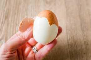 Descasque um ovo cozido