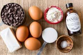 Ingredientes para pastel de lava de chocolate fundido con chips de chocolate, huevos, mantequilla, azúcar, sal, harina y extracto de vainilla.