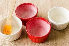 Preparar moldes con mantequilla y harina