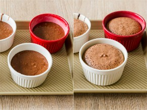 Tortas de chocolate en moldes antes y después de hornear