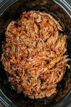 Carne de porco grelhada desfiada em uma panela