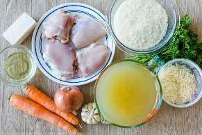 Ingredientes para frango e arroz com frango, arroz, caldo, queijo, cenoura, cebola, alho.