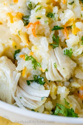 Melhor frango e arroz de uma panela instantânea em uma tigela com frango jovem