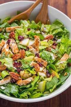 A salada de frango picada de outono é uma salada de frango de outono com peras, passas, nozes, queijo feta e frango regados com vinagrete balsâmico fácil