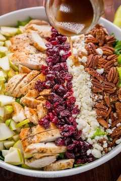 Servindo salada de frango picada de outono com vinagrete balsâmico regados por cima