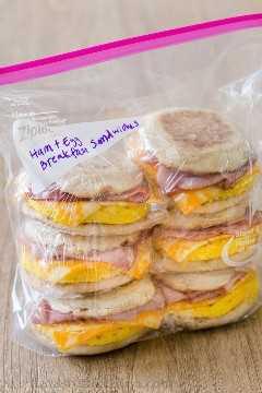 Sanduíches de presunto e ovo no café da manhã com tachas e pacotes prontos para congelador