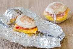 Sanduíche de café da manhã embrulhado em papel alumínio para preparar refeições