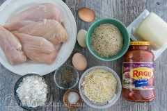 Ingredientes para pollo parmesano con pechuga de pollo, empanizado, salsa marinara y queso
