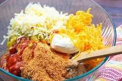 ingredientes para o molho de feijão em uma tigela de vidro
