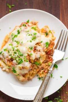 Fatia de lasanha em um prato com um garfo
